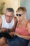 浏览的计算机夫妇前辈 免版税库存图片