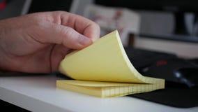 浏览稠粘的笔记的商人搜寻小和重要技术声明 影视素材