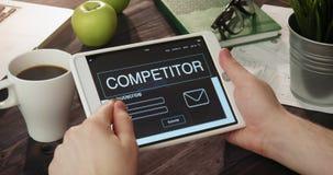 浏览竞争者使用数字式片剂的` s网页 影视素材