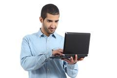 浏览膝上型计算机社交媒介的阿拉伯偶然人 免版税库存图片