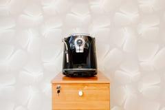 浓咖啡、热奶咖啡和americano咖啡壶机器 免版税库存照片
