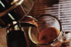浓咖啡下落,在咖啡机器 库存图片