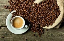 浓咖啡和咖啡粒 库存图片