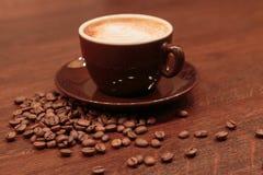 浓咖啡和溢出的coffed豆 免版税库存照片