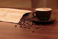 浓咖啡和溢出的coffed豆 免版税图库摄影