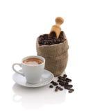 浓咖啡和袋子与瓢的咖啡豆 库存照片