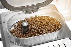 浓咖啡和americano咖啡加工与磨咖啡器的制造商 免版税库存照片