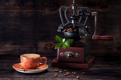 浓咖啡咖啡和磨咖啡器 免版税图库摄影