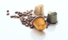 浓咖啡咖啡荚和咖啡豆在白色背景,特写镜头视图与细节 免版税库存照片