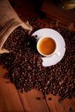 浓咖啡咖啡顶视图与咖啡豆的在木桌上 免版税库存图片
