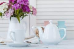 浓咖啡在木桌上的咖啡杯在与bokeh光backg的咖啡馆 库存图片