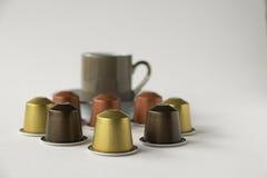 浓咖啡在白色背景的杯子和咖啡荚 库存图片