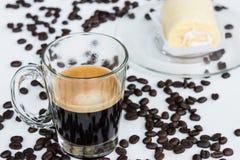 浓咖啡射击和松纸卷蛋糕 免版税库存图片
