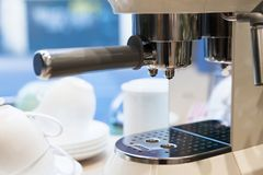 浓咖啡有白色杯子的咖啡机器 库存图片
