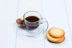 浓咖啡杯子无奶咖啡用糖和曲奇饼 免版税库存照片