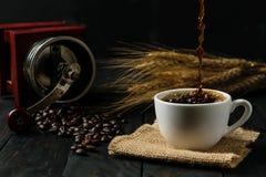 浓咖啡热的咖啡和研磨机,飞溅咖啡 库存照片