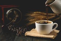 浓咖啡热的咖啡,飞溅咖啡,黑暗的背景 库存照片