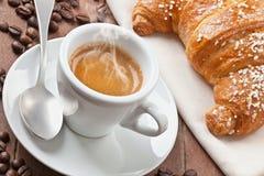浓咖啡用新月形面包 免版税图库摄影