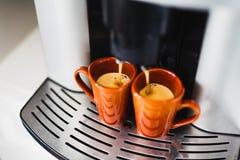 浓咖啡的准备在一个自动咖啡机器的 免版税库存图片
