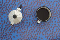 浓咖啡罐、咖啡杯和瓢虫 图库摄影