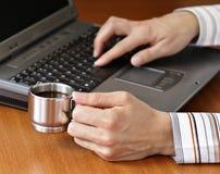 浓咖啡膝上型计算机 免版税库存图片