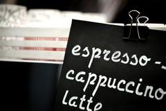 浓咖啡,热奶咖啡,拿铁标志 递图画在黑黑板的价格文本, cooffee choise概念 免版税库存图片