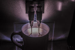 浓咖啡,热奶咖啡,酿造与双重喷气机/喷管的咖啡机器一份饮料 库存图片