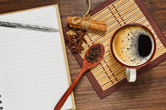 浓咖啡ans调味品和一个笔记本有笔的 免版税图库摄影