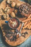 浓热巧克力用桂香和核桃在杯子捏碎 免版税图库摄影