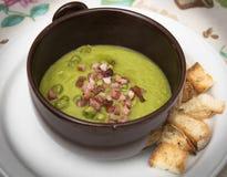 浓豌豆汤用油煎方型小面包片和烟肉 库存图片