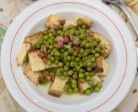 浓豌豆汤用油煎方型小面包片和烟肉 免版税图库摄影