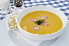 浓豌豆汤用油煎方型小面包片 免版税库存图片