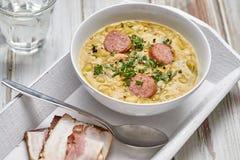 浓豌豆汤用熏制的香肠和黑麦面包用烟肉 库存照片