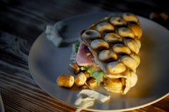 浓香港奶蛋烘饼用乳酪,火腿,莴苣,蕃茄 在黑暗的木背景 疏散胡说和干乌贼 库存照片