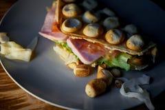 浓香港奶蛋烘饼用乳酪,火腿,莴苣,蕃茄 在黑暗的木背景 疏散胡说和干乌贼 库存图片