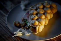 浓香港奶蛋烘饼用乳酪,火腿,莴苣,蕃茄 在黑暗的木背景 疏散胡说和干乌贼 免版税图库摄影