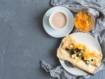 浓,芬芳咖啡和可口薄煎饼 免版税库存照片