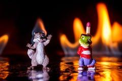 浣熊和鳄鱼小雕象静物画故事在火火焰的与比赛 图库摄影