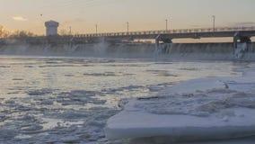 浣熊急流水坝和布鲁克林公园水塔的冬天射击在冰冷的密西西比河的日落的4K Timelapse 影视素材
