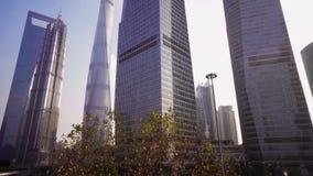 浦东地区的摩天大楼反对天空蔚蓝的,上海,中国 股票录像