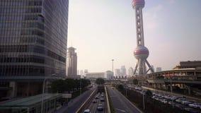 浦东有汽车的地区和路的摩天大楼与东方明珠广播电视塔的 上海,中国 影视素材
