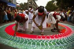 浦那,印度, rangoli 8月2006年, Grils在Ganesh节日期间的图画 免版税库存照片