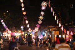 浦那,印度- 2015年11月7日:印度购物的人们天空的 库存图片