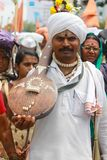 浦那,马哈拉施特拉,印度,人6月2017年,在白色衬衣装饰在潘达尔普尔festiv期间,并且头巾,运载乐器 库存图片