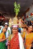 浦那,马哈拉施特拉,印度,妇女7月2017年,运载一圣洁蓬蒿或tulasi vrindavan在她的头, Pandarpur yatra 免版税库存图片