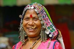 浦那,马哈拉施特拉,印度, 2017年6月,传统上加工好的妇女对照相机微笑 库存图片