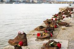 浩劫纪念品在多瑙河,在多瑙河布达佩斯,匈牙利的鞋子边缘的  免版税图库摄影