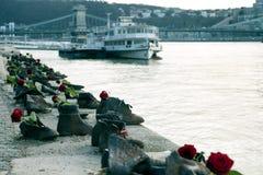 浩劫纪念品在多瑙河,在多瑙河布达佩斯,匈牙利的鞋子边缘的  库存图片