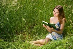 浪漫书的女孩 库存照片