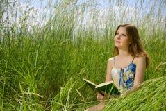 浪漫书的女孩 免版税库存图片